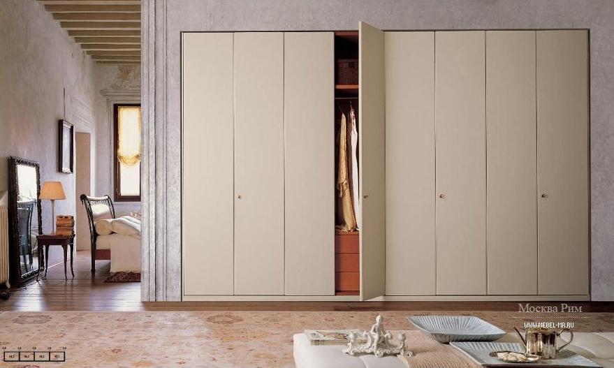 Большой шкаф с распашными дверями