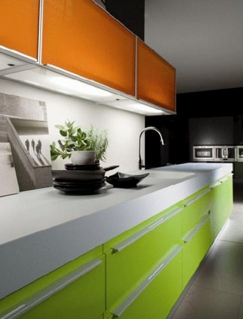 кухня зеленого и оранжевого цвета фото каре