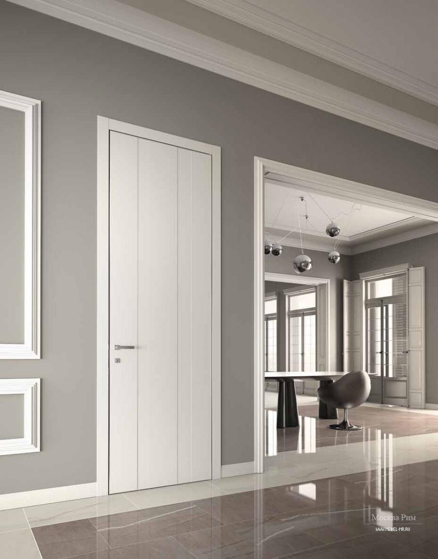 Белые двери модерн на серой стене фото