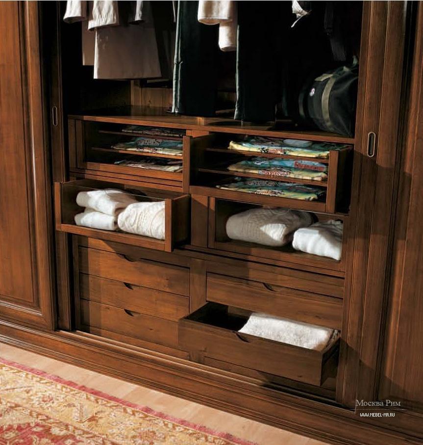 Платяной шкаф с внутренними выдвижными ящиками и вешалками, .